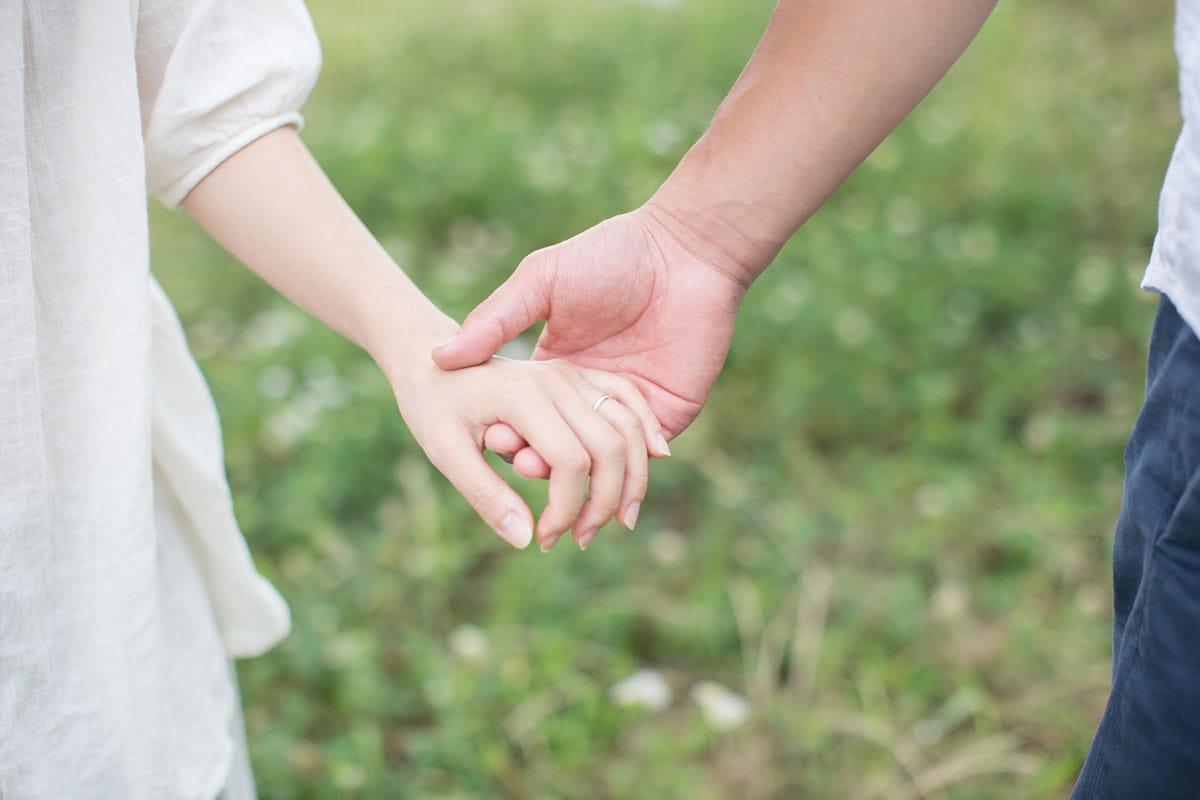 理想の男性にデートで愛の告白をされて付き合うカップル