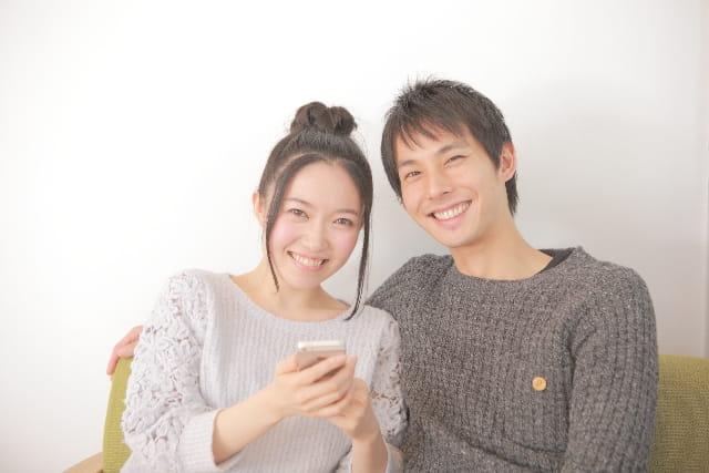 恋愛マッチングアプリでLINEのID交換するカップル