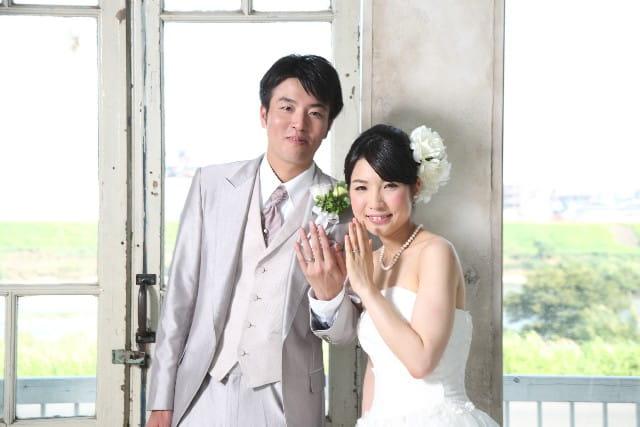 結婚指輪を選んでいる幸せなカップル