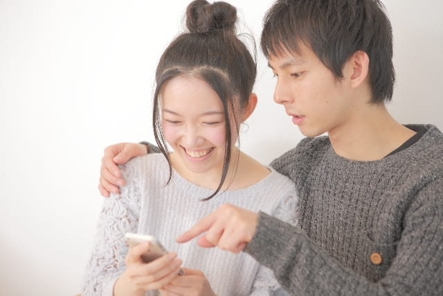 ネット恋活サイトを使う30代のカップル