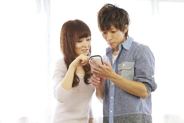 Facebook恋活アプリを使う20代のカップル