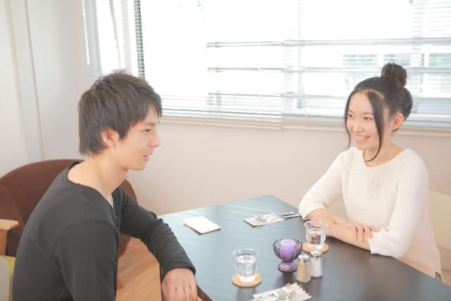 結婚相談所で出会った男性と初デートする30代女性