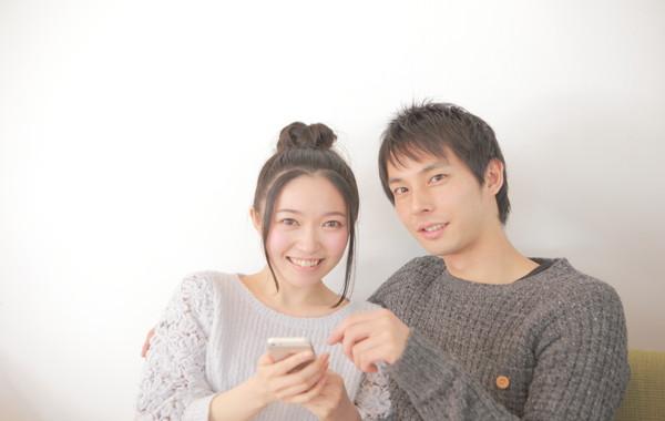 オンラインデーティングの恋愛マッチングアプリからLINE交換するカップル