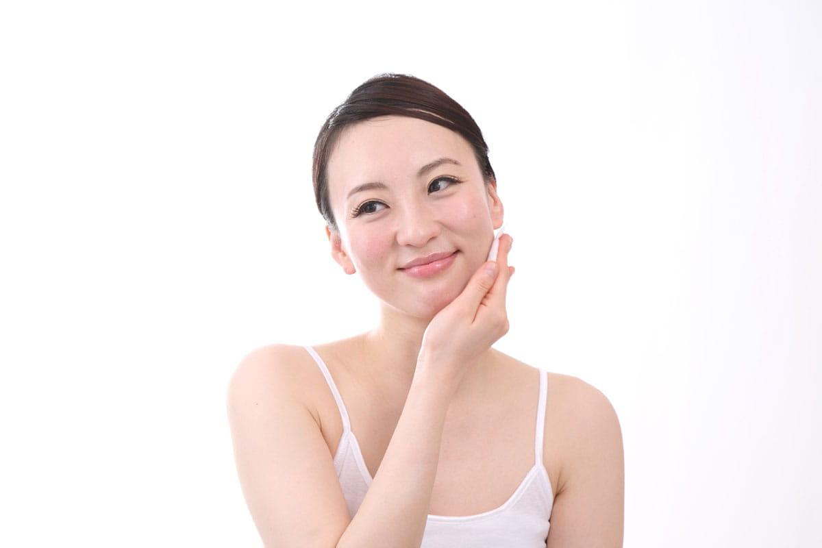 顔の産毛にクリームを塗っている女性