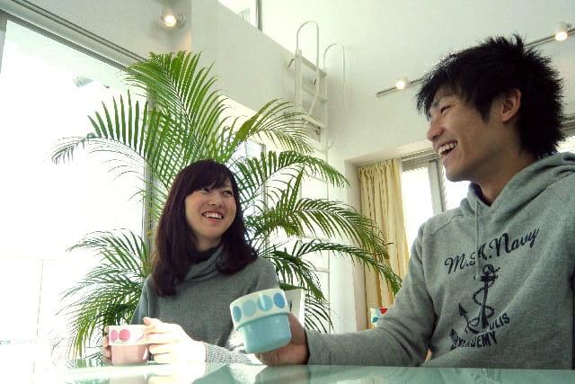 婚活中に出会った人と初めて食事に行って緊張しているカップル