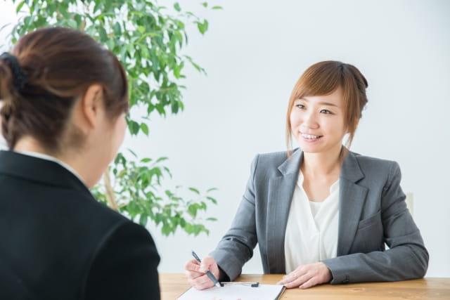 結婚相談所のカウンセリングを受ける30代女性